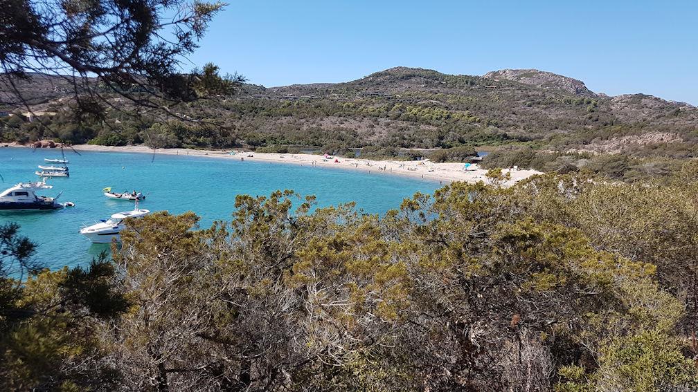 Le spiaggette nella parte nord della baia di Rondinara