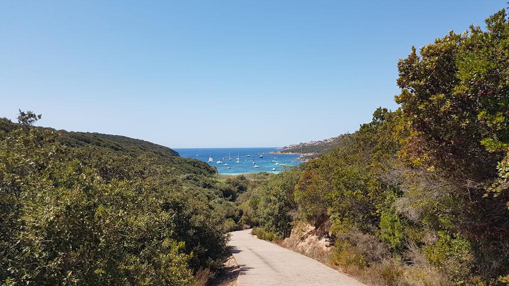 La strada per la spiaggia di Paraguan